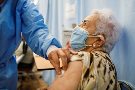 Врачи не смогли объяснить высокую выработку антител у пожилых после COVID-19